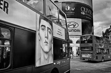 Bus bij Piccadilly Circus Londen van