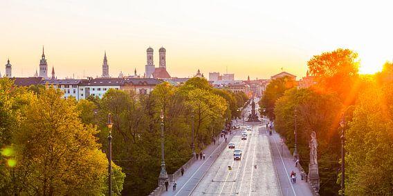München mit der Frauenkirche und der Maximilianstraße