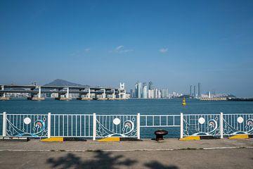 Busan skyline met brug tijdens de dag van Mickéle Godderis