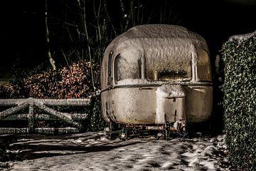 Oldtimer caravan in the snow sur Wybrich Warns