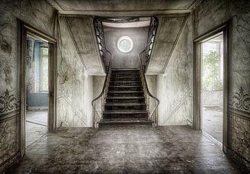 Leere Räume in baufälligen Haus in Treppenhaus von Marcel van Balken