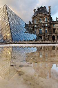 Reflecties bij het Louvre in Parijs van