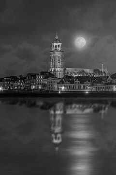 Statue des Deventerturms und der IJssel bei Mondschein. von Bart Ros