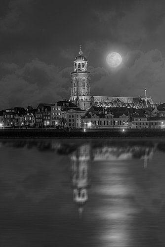 Beeld van Deventer toren en de IJssel met maneschijn.