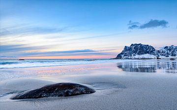 Coucher du soleil au-dessus de plage d'Utakleiv dans l'archipel de Lofoten en Norvège