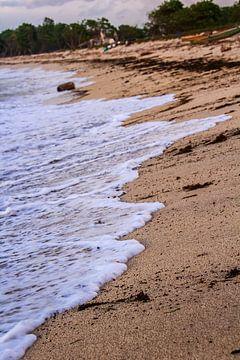 Golfslag op strand van Niels Sinke