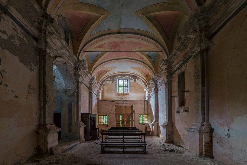 Kerk in een klein verlaten dorpje van Truus Nijland