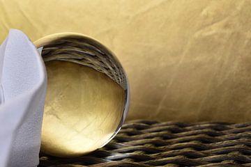 Glazen bol goud met wit liggend 2 van Sascha van Dam