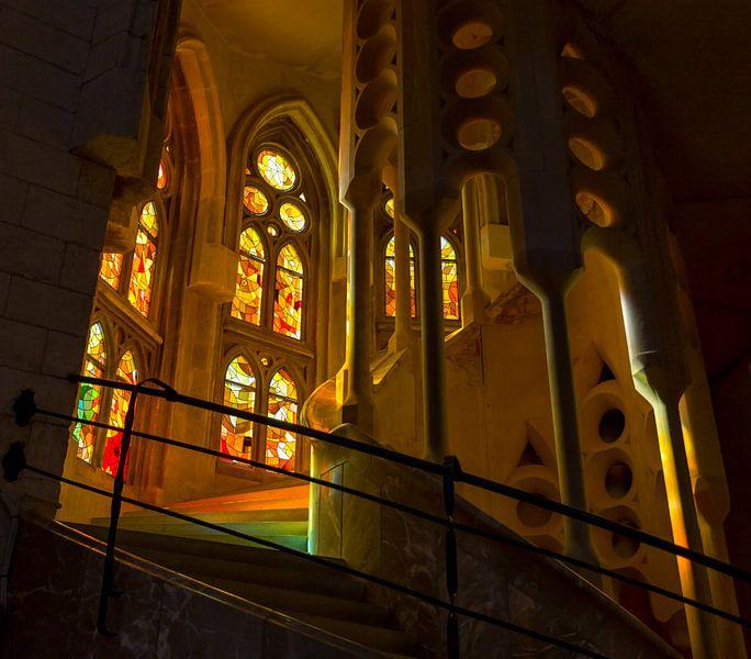 Kleurrijke trap in Sagrada Familia van Guido Akster