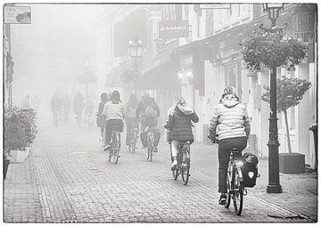 Radfahrer im Nebel von Michel Groen