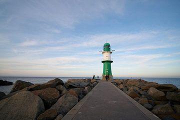 Der Leuchtturm Molenfeuer auf der Westmole am Strand von Warnemünde von Heiko Kueverling
