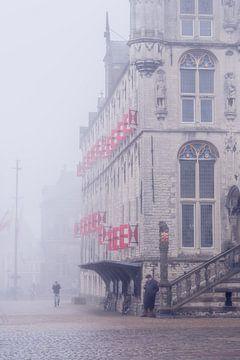 Luiken van het vijftiende-eeuwse stadhuis van Gouda in de mist von Gouda op zijn mooist