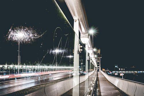 Avond foto van Kampen en zijn moderne stadsbrug.