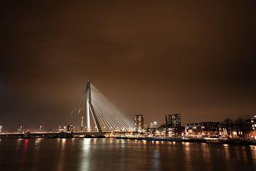 Le pont Erasmus en soirée sur Jeroen Mikkers