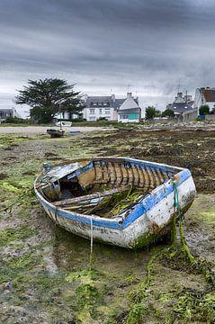Vieux bateau délabré sur la terre ferme sur