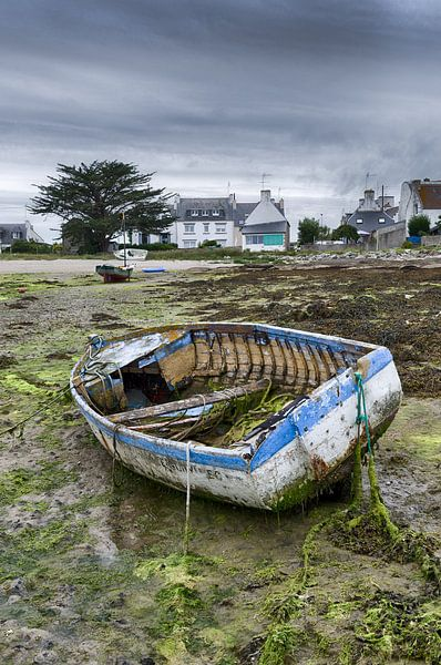 Altes verfallenes Boot auf dem Festland von Mark Bolijn