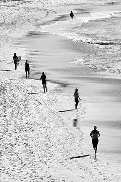Joggers op Bondi Beach van Rob van Esch