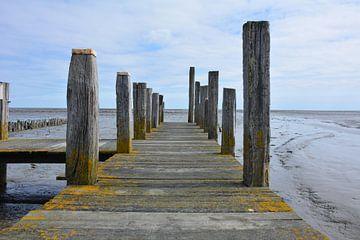 Oude houten steiger aan de Waddenkust van Texel bij laagtijd van My Footprints