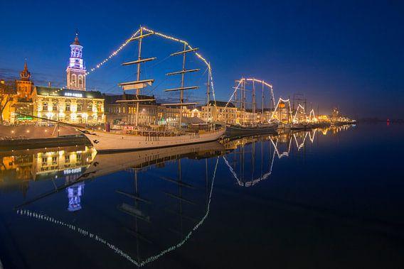 Kampen in de avond met de historische bruine vloot afgemeerd aan de kade van Sjoerd van der Wal