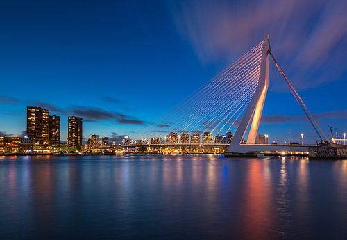 Oranje Erasmusbrug in het blauwe uur