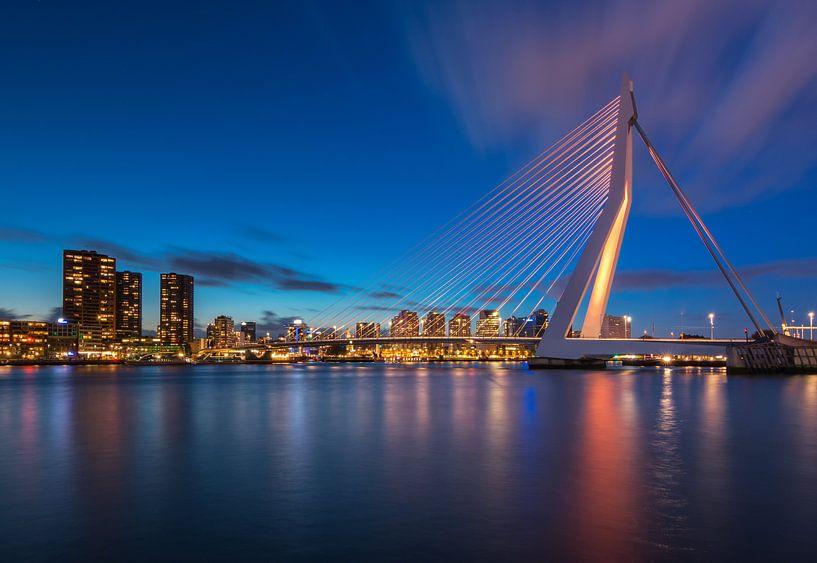 Oranje Erasmusbrug in het blauwe uur van Ilya Korzelius
