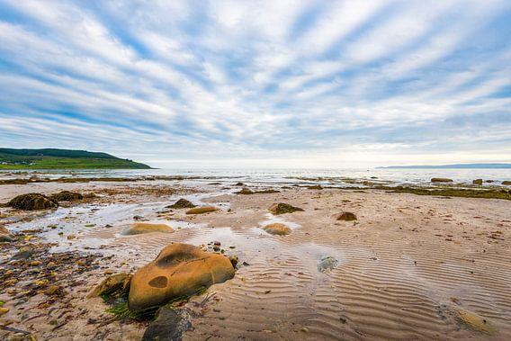 strand en lucht op Arran in Schotland van Rob IJsselstein