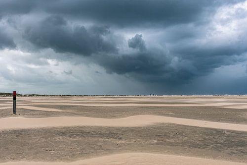 Zware regen op komst op het strand bij Texel's vuurtoren