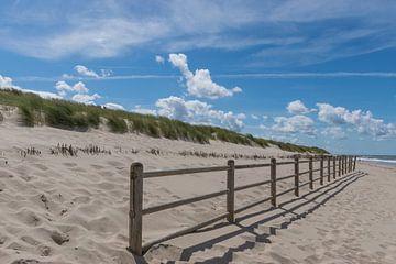 Strand en duinen op een mooi zomerse dag van Patrick Verhoef