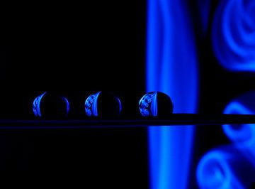Smoking Droplets in Blue van Inge van den Brande