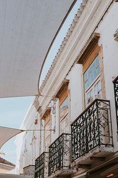Huizen in het centrum van Faro stad, Algarve Portugal van Manon Visser
