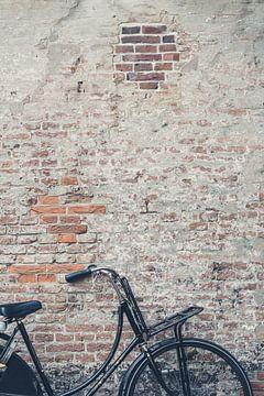 Vélo noir contre un mur | Pays-Bas