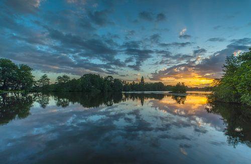 Landschap, zonsopkomst met weerspiegeling in het water. van