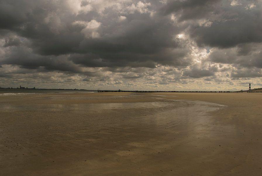 Wolken boven strand bij Nieuwvliet
