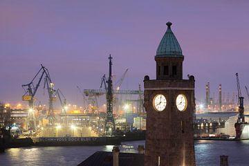 Manometertoren, St.Pauli Landungsbrücken met uitzicht op de haven, Hamburg, van Markus Lange