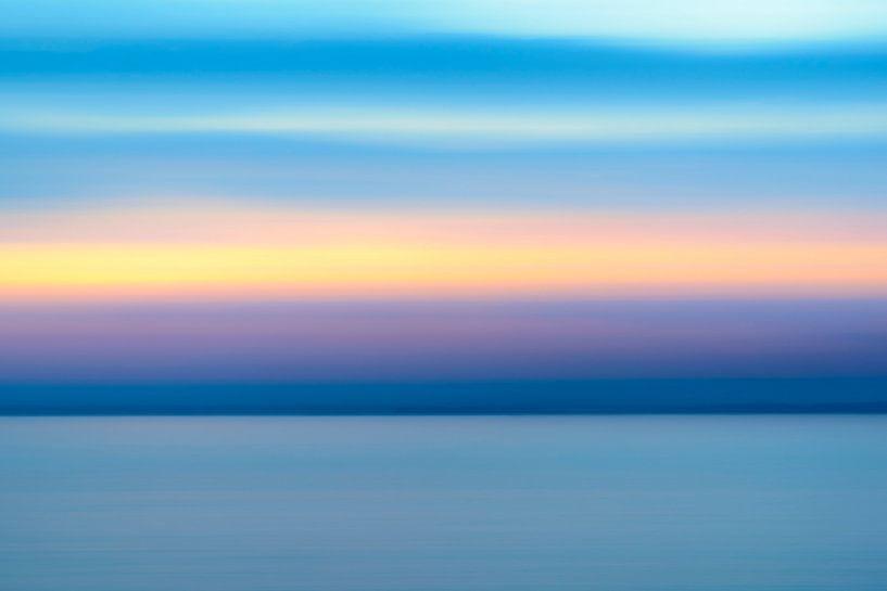 Abstracte zonsondergang boven de Vesteralen kust in Noord-Noorwegen van Sjoerd van der Wal