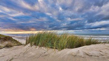 Zonsondergang met het duin en het strand