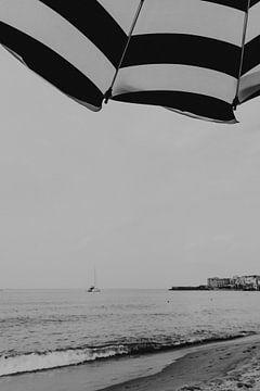 Het strand van Cefalu, Sicilië Italië van Manon Visser