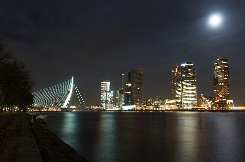 Rotterdam bij nacht van Rogier Vermeulen