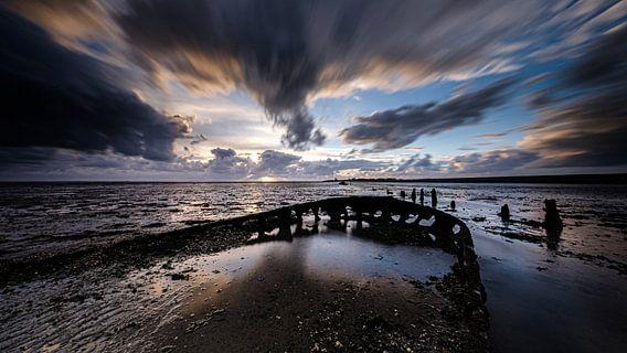 Scheepswrak van een oude praam in de Waddenzee