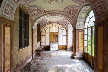 Verlassene Flur in Villa. von Roman Robroek