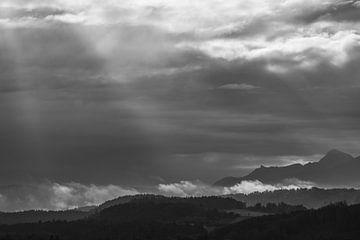 Spektakulärer Himmel über dem Murnauer Moos in Schwarzweiß von Fartifos