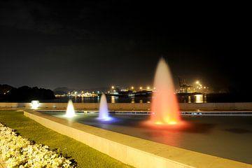 Kleurrijke waterfonteinen in de haven van Muscat (Oman) bij nacht van Alphapics