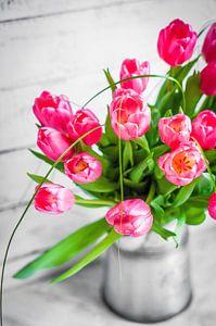 Rode roze bos tulpen in vaas van