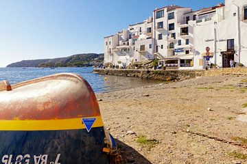 Een vissersboot ligt op het strand van Cadaqués. van Berthold Werner