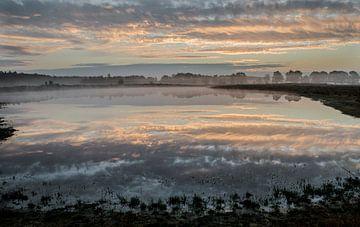 Sonnenaufgang an einem nebligen Morgen von Roelinda Tip