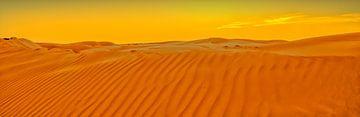 Golvende zandduinen bij een ondergaande zon in Oman van Karin Mooren
