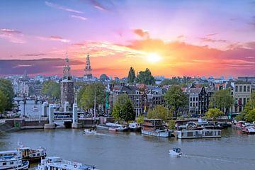 Luftaufnahme der Stadt Amsterdam am Hafen bei Sonnenuntergang in den Niederlanden von Nisangha Masselink