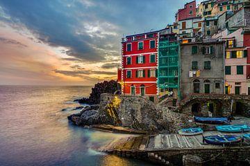 Riomaggiore at sunset - Cinque Terre van Teun Ruijters