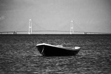 Storebælt-Brücke mit Boot von Jörg Hausmann