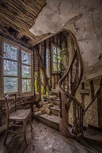 Hölzernes Treppenhaus in verlassenem Chateau